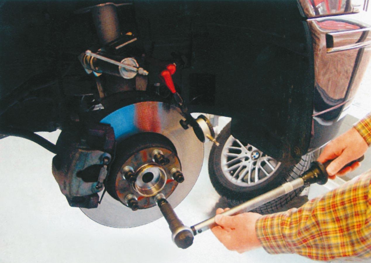 a kerékcsavarokat speciális alátétekkel és elõírt forgatónyomatékkal kell meghúzni