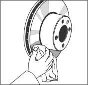 A féktárcsa tisztítása, zsírtalanítása és felszerelése a kerékagyra